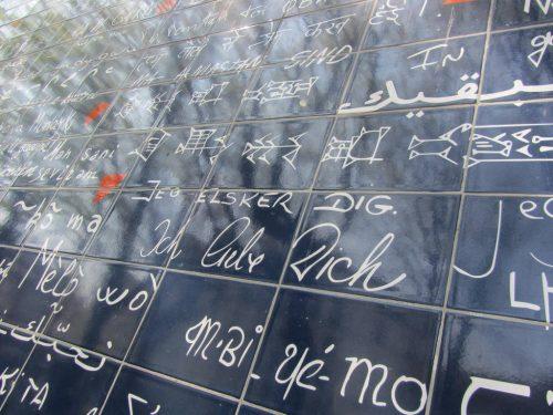 Liebesfliese in Paris