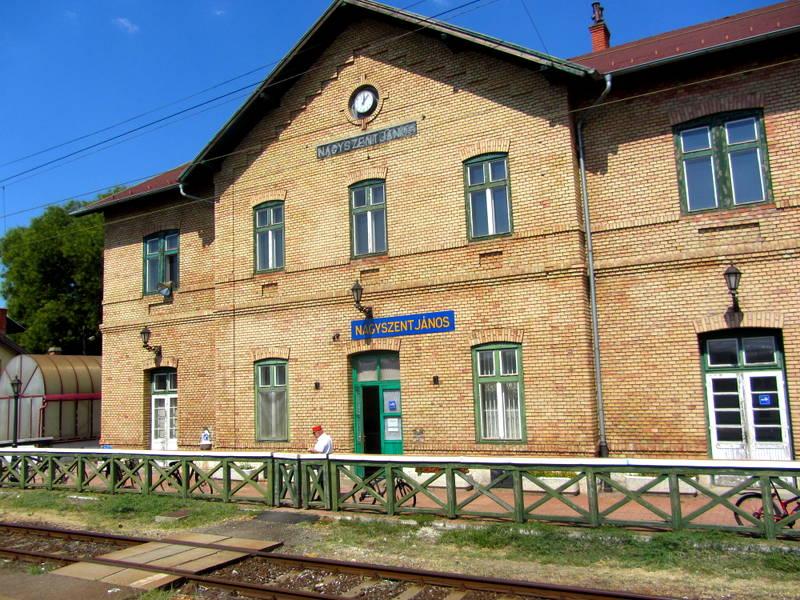 Typischer ungarischer Bahnhof. Sogar noch mit Schaffner