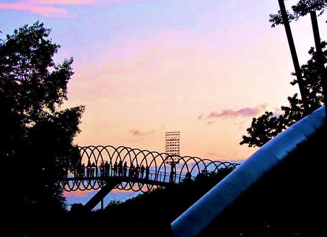 Von einem Spielzeug inspiriert - die Slinky Springs to Fame - Brücke in Oberhausen.