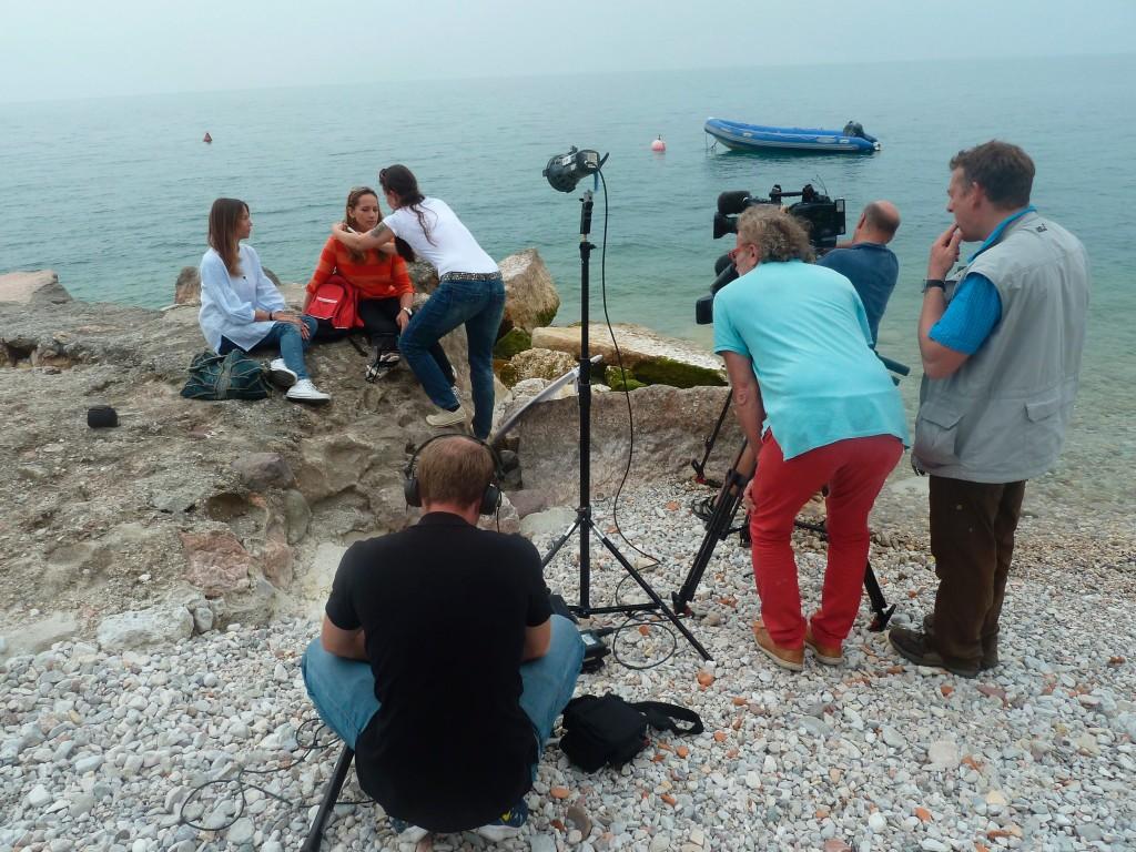 Wunderschön! - Gardasee - Dreharbeiten (Sendung 06.04.2014) Moderatorin Tamina Kallert (2.v.l. hinten) mit Autor Per Schnell (2.v.r) und dem Drehteam © WDR/Christine Voss-Schuler
