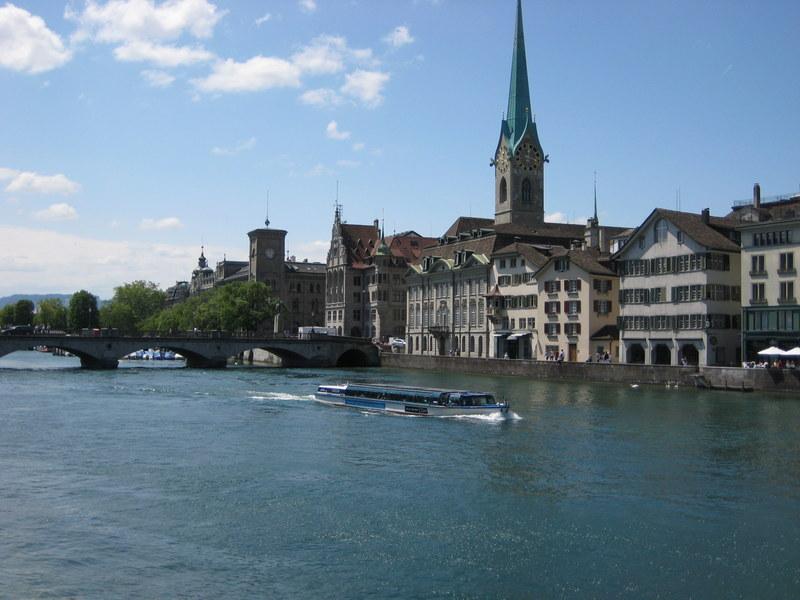 Boot auf der Limmat in Zürich