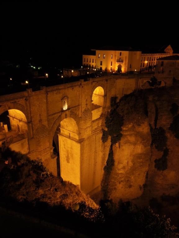 Ronda - Blick vom  Parador auf die Puente Nuevo bei Nacht