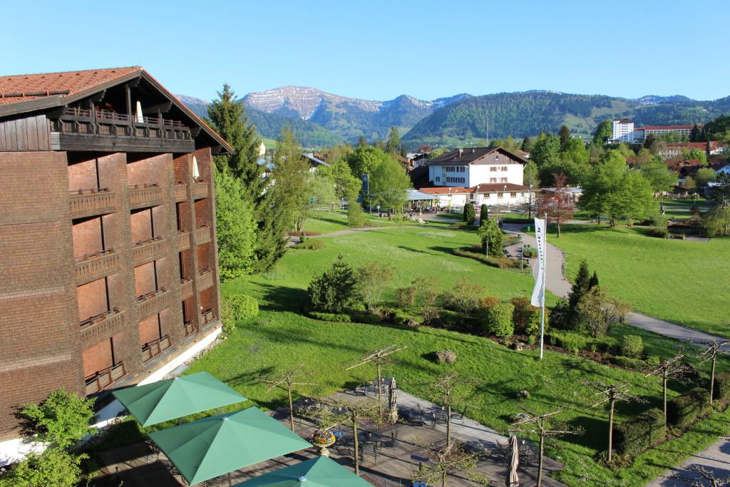 Balkonblick auf die Berge Lindner Oberstaufen Allgäu - Lindner Hotel und Spa Oberstaufen
