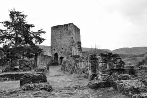 Die Schloss-Ruinen von Esch Sauer (in Schwarz-Weiß)