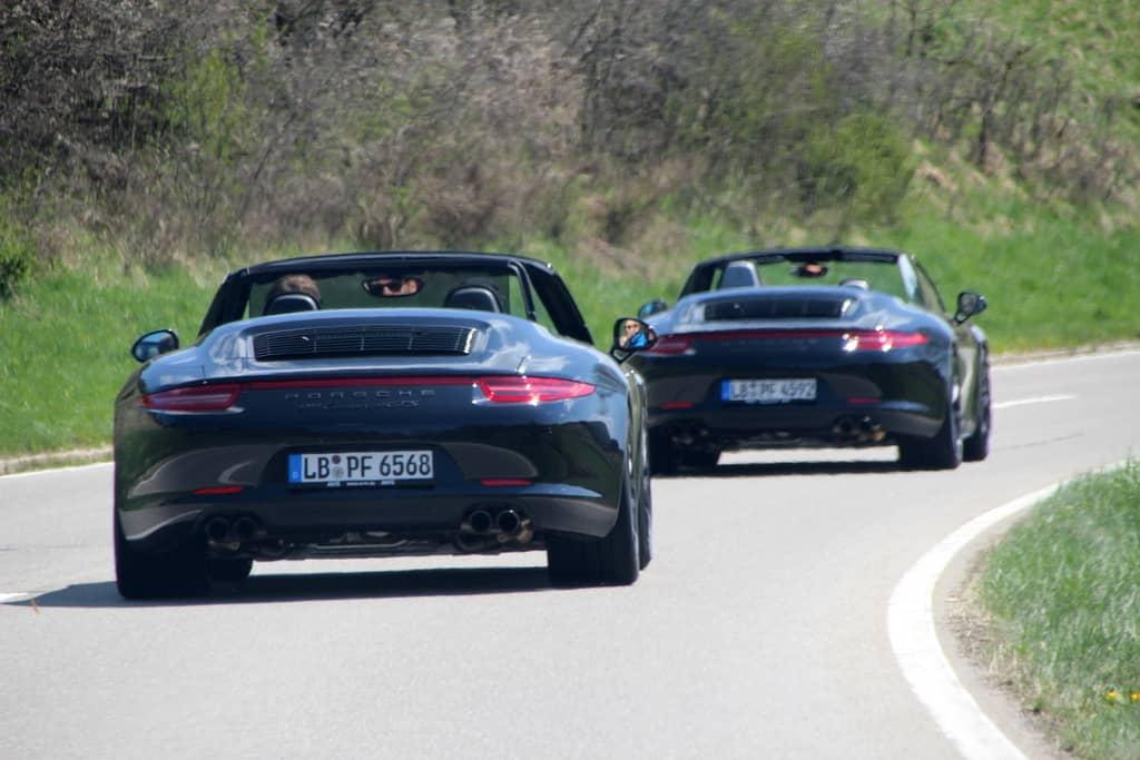 Zwei Porsche auf Landstrasse