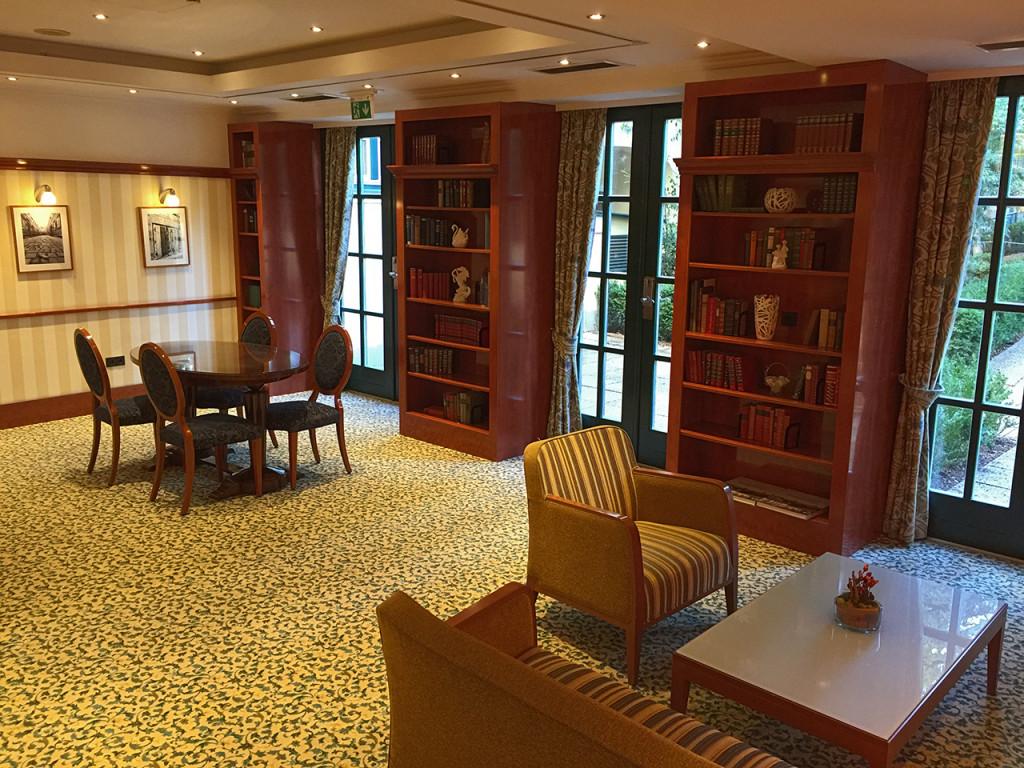 Die Hotellobby im Stil von Biedermeier.
