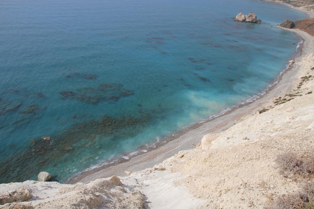 Am Fuße des Aphroditefelsen scheint das Meer zu vernebeln.
