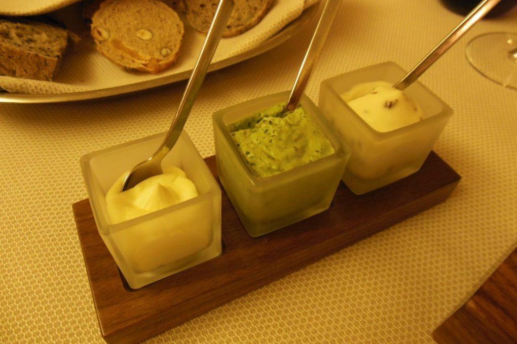 "L`étable: Brotkorb mit dreierlei Aufstrich (gesalzene Butter, Kräuterquark á la ""Grie Soß"", Kochkäse)"
