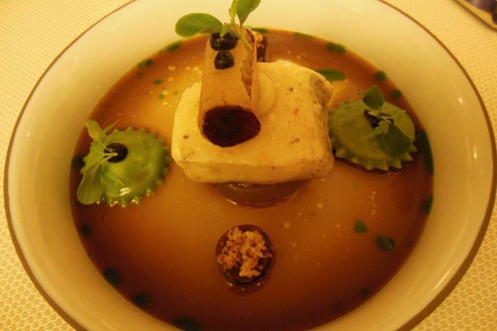 L`étable : Ahrenhorster Waller, leicht geräuchert, Zwiebel, Feta, Aubergine, fermentierte Schalotte, grünes Bohnenöl