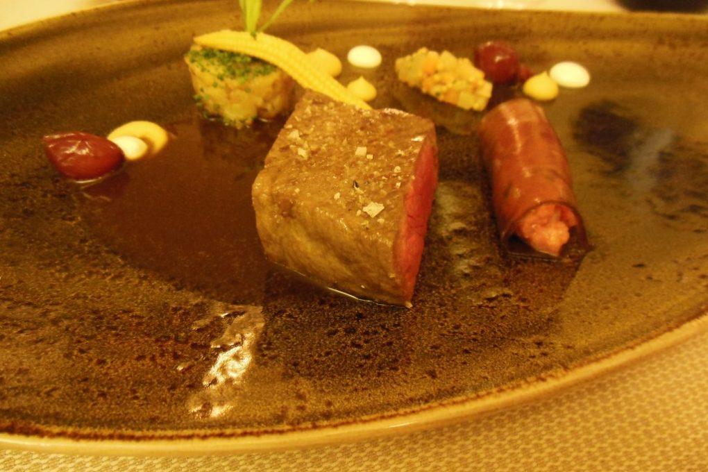 L`étable: Rücken vom US Beef, Tatar und Beef-Tea-Gelee, Steckrübe, Senffrüchte, Portweinzwiebel, Bratkartoffelstampf, Estragon