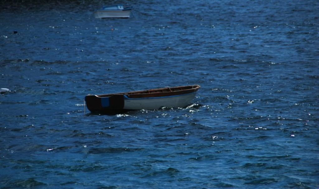 Die verträumten Boote vor dem Schloss Castello Aragonese