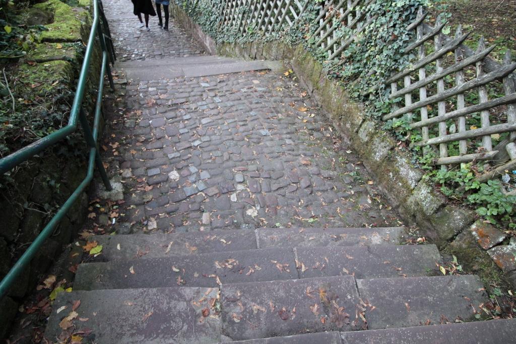 Im Eilschritt die Treppen vom Schloss hinunter laufen - gar nicht so einfach