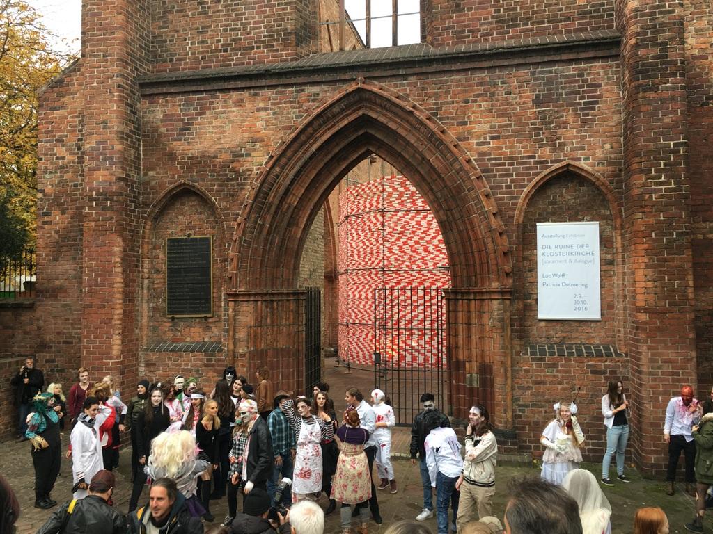 Zombies vor der Klosterkirche