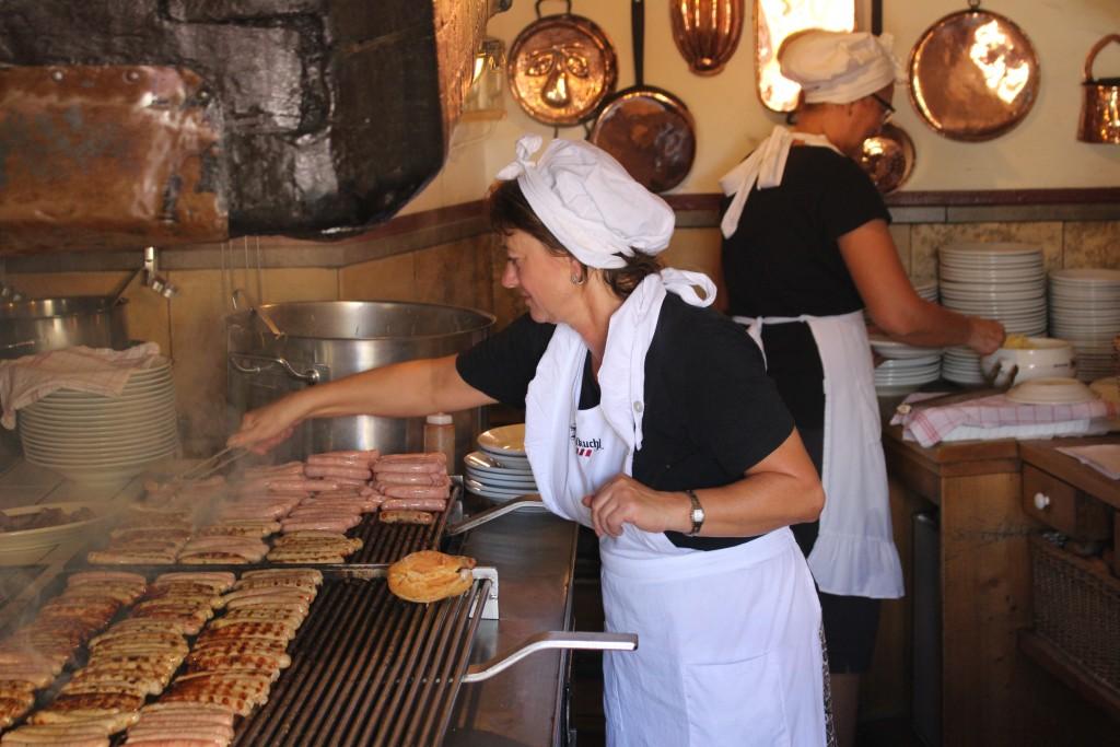 ... frische Würstl vom Grill... im Wurstkuchl