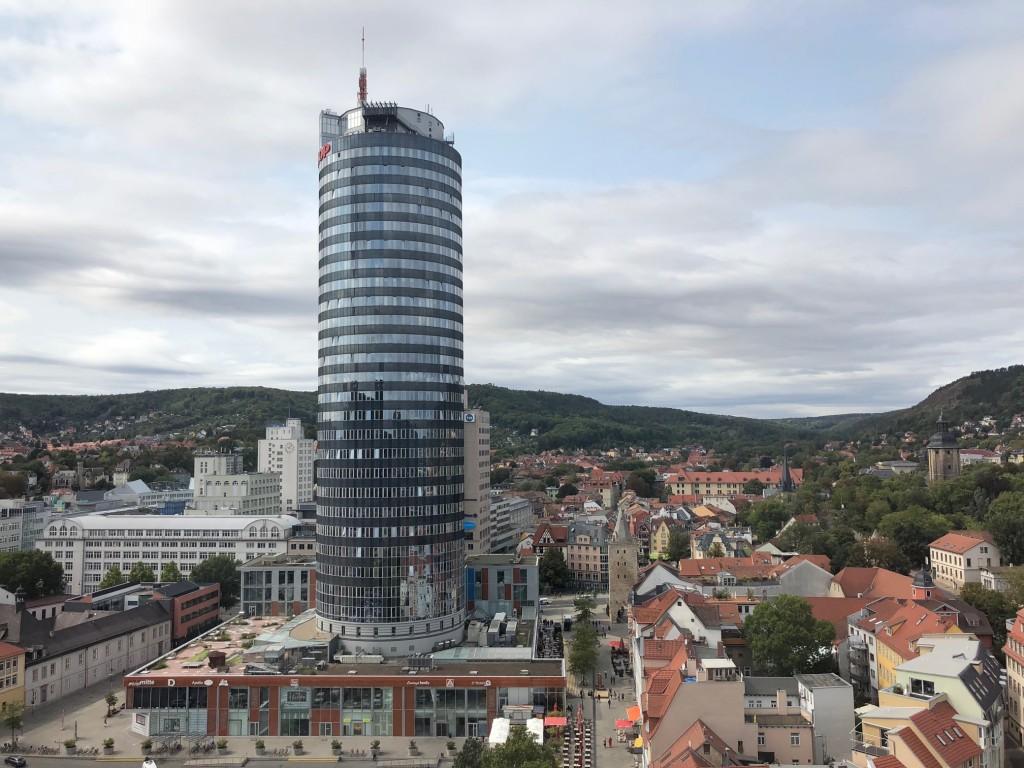 Der Blick auf den Jentower von der Stadtkirche St. Michael in Jena
