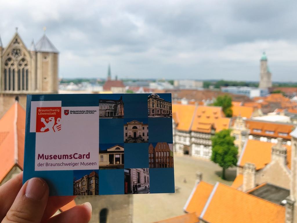 Museumscard der Braunschweiger Museum vor Ausblick von Braunschweig