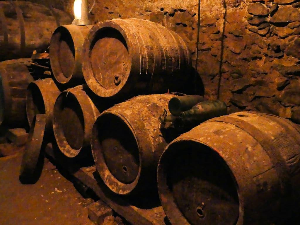 Further Felsengänge Weinfässer