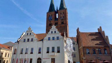 Das Rathaus von Stendal mit der Kirche St. Marien (in Backsteingotik)