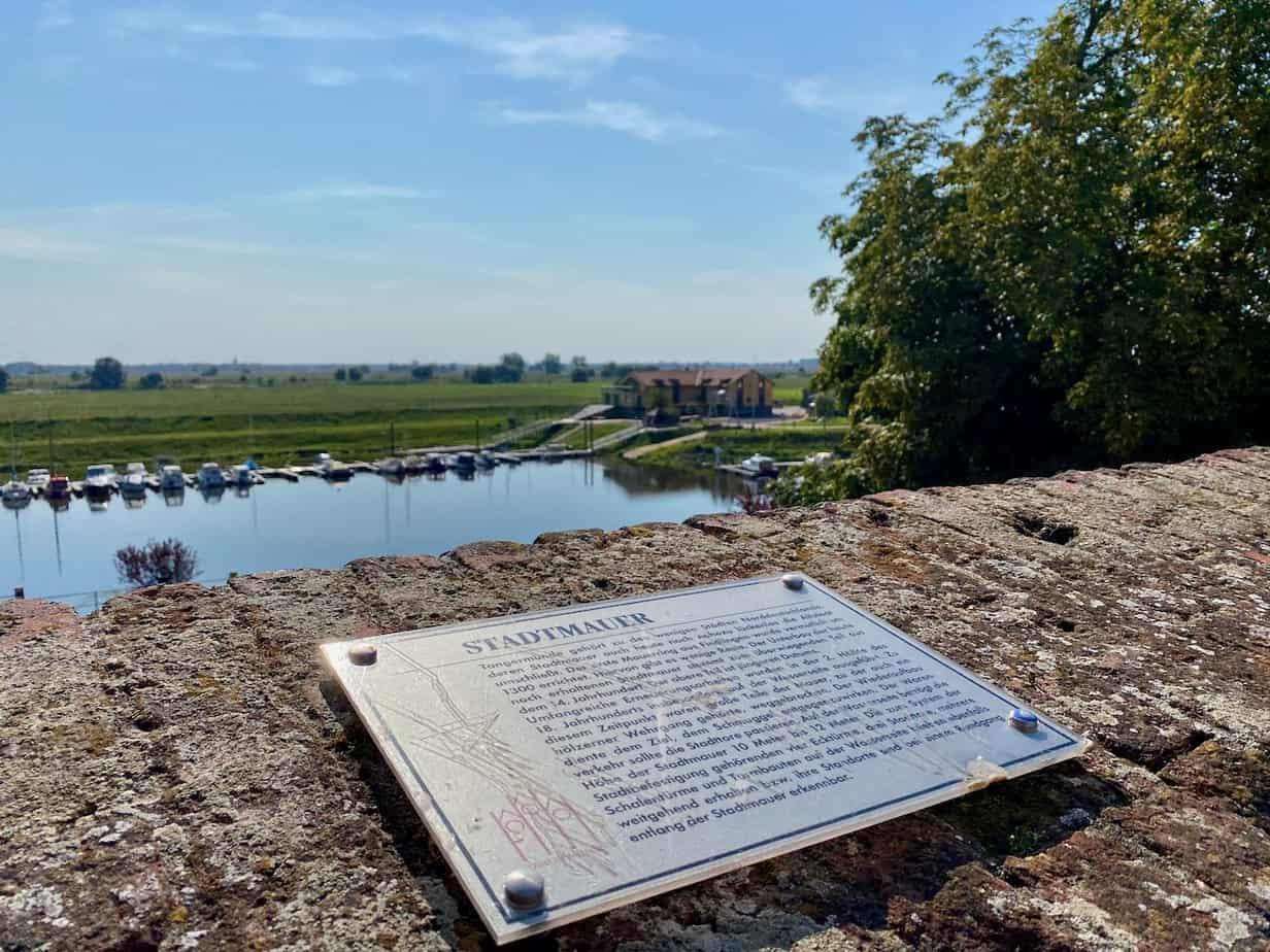 Schild Stadtmauer Tangermünde am Hafen