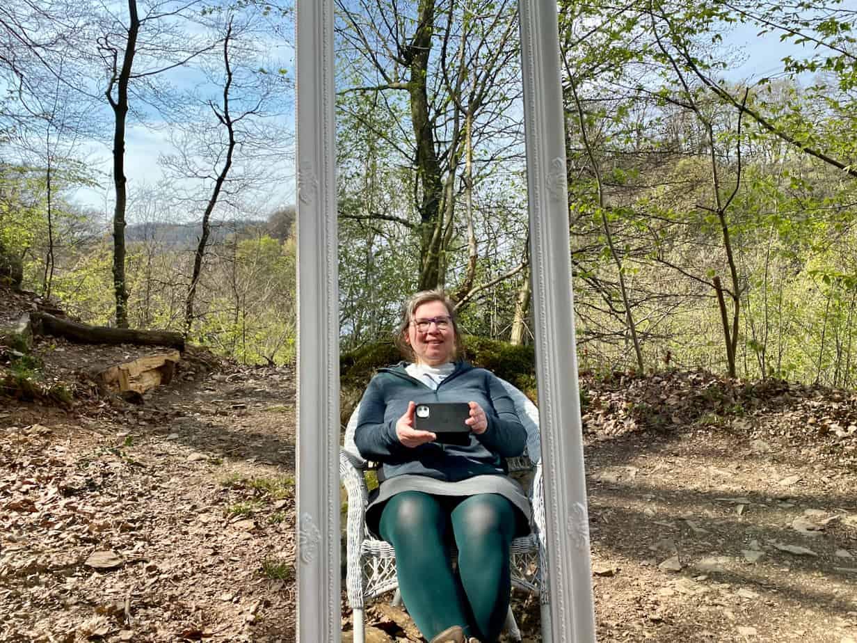 Kunstwerk zum Thema Würde im Sinneswald Leichlingen.